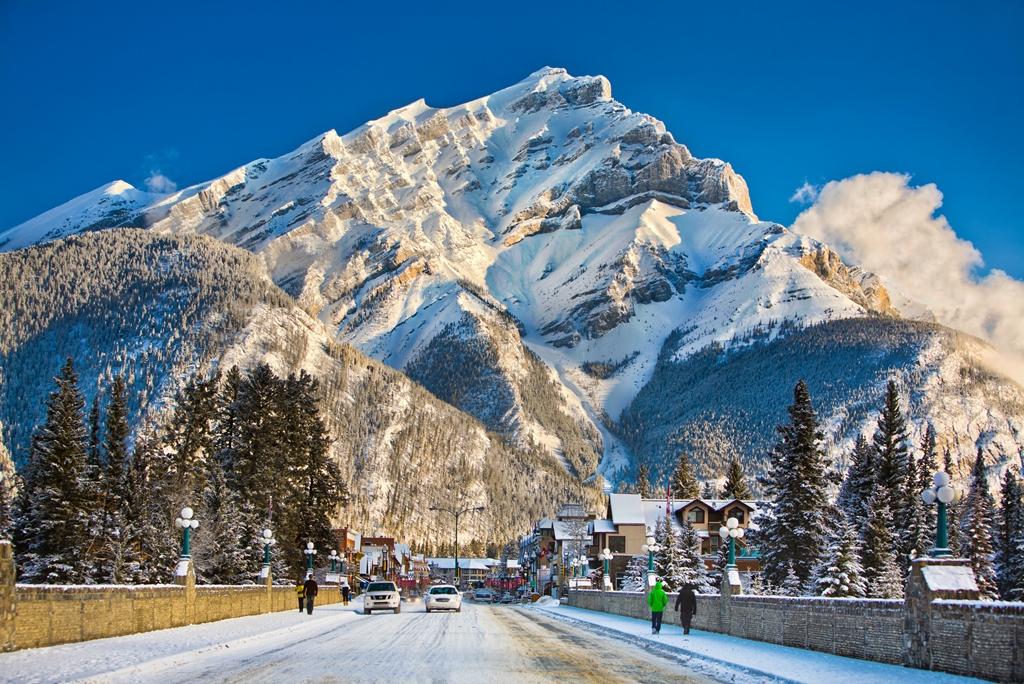 冬のカスケードマウンテンとバンフの街並み(@Banff Lake Louise Tourism)