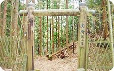 朽木峠に建つ関所を模した門
