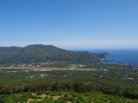 八丈富士から三原山を望む