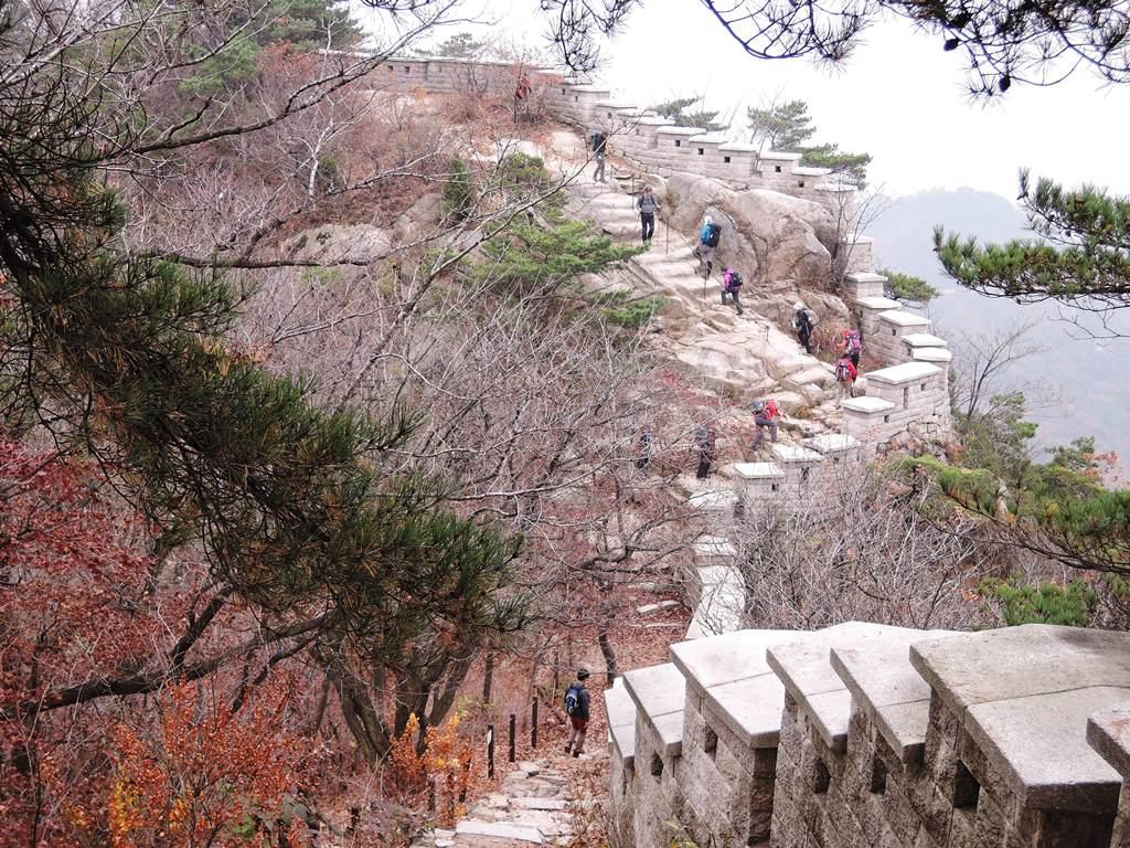 しっかり整備された城門沿いの石段を行く