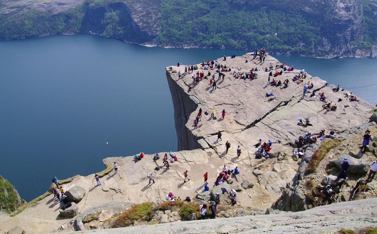 フィヨルドからそそり立つ600mの高さの断崖プレーケストーレン