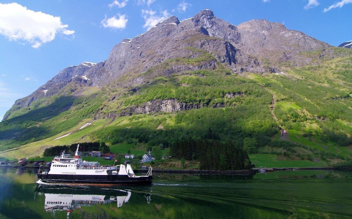 静かなフィヨルドと険しい断崖、そして新緑が美しいソグネ・フィヨルド・クルーズ