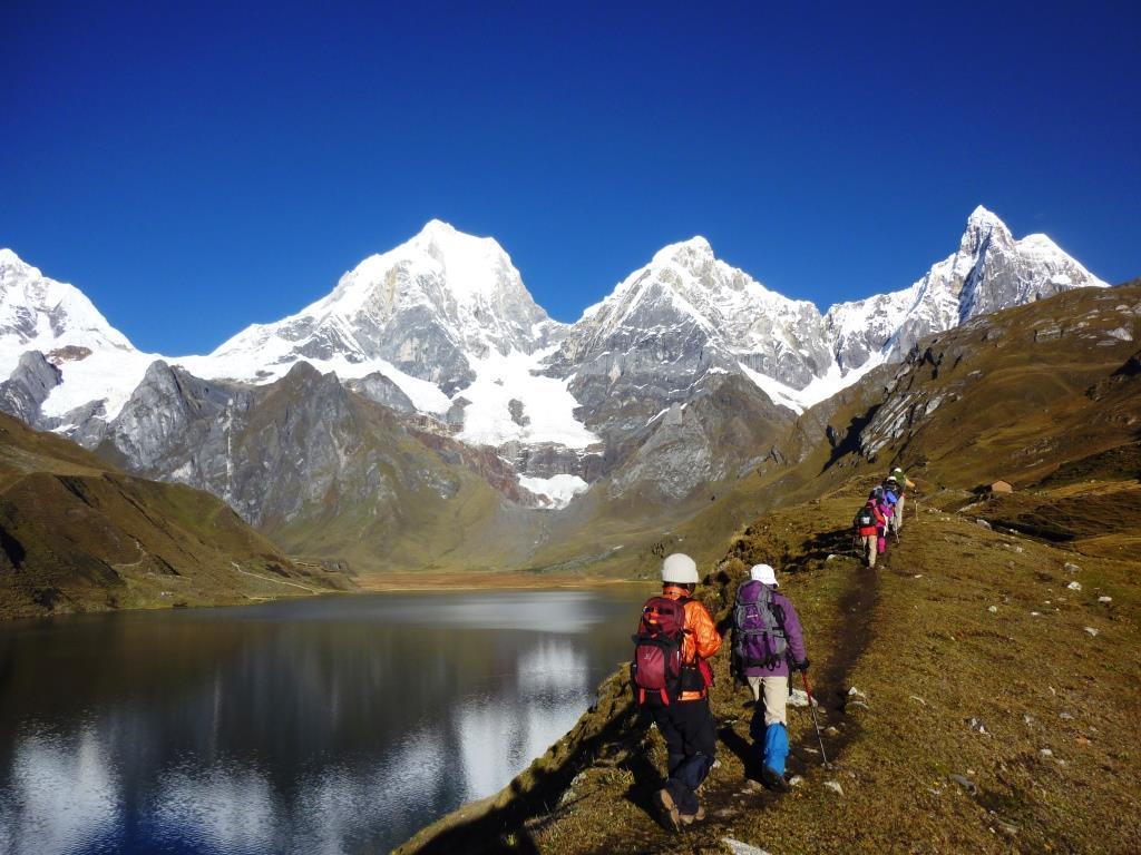 カルアコーチャ湖滞在日、さらに山群に近づく(8日目)。 ペルー第2の高峰イェルパハー(左)とヒリシャンカ(右)。