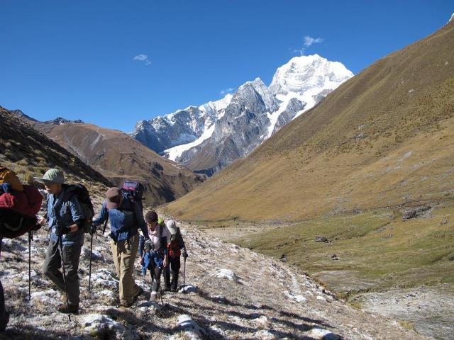 カルアック峠へ(4,650m).。後ろはシウラ(6,344m)。(9日目)