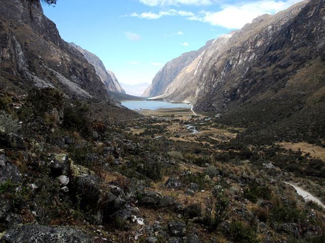 ヤンガヌコ谷の見事なU字谷。湖畔がキャンプサイト(4日目)