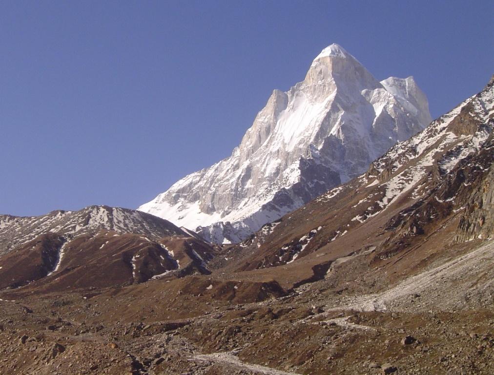 ボシュバサから奥に進んだ場所から仰ぎ見る怪峰シブリン(6,543m)
