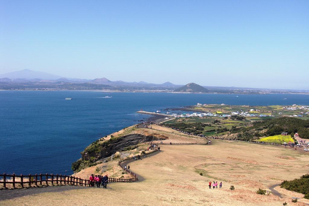牛島(ウド)の展望台から漢拏山(ハルラサン)を遠望