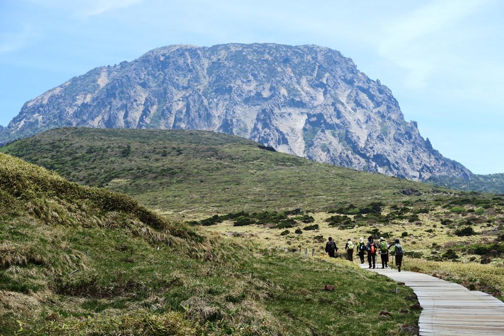 漢拏山の西壁が迫る威勢山岳(ウィッセオルム)小屋周辺を行く