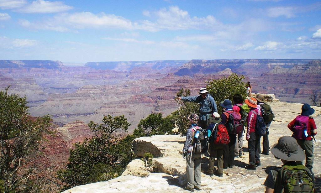 グランドキャニオンの縁をハイキング