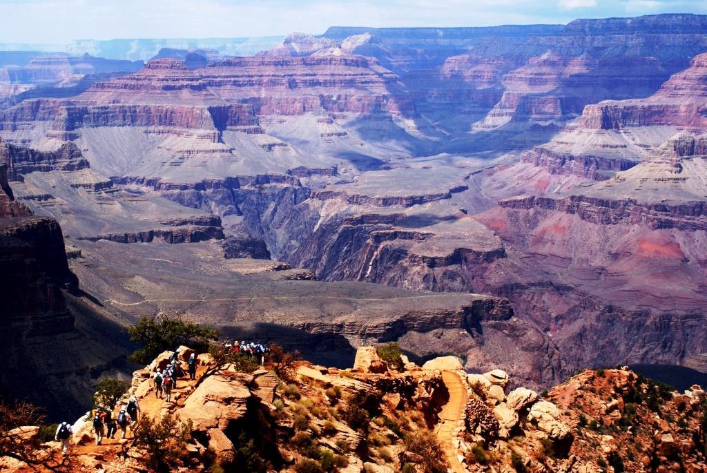 雄大な景観に囲まれ、世界遺産グランドキャニオンの谷底を目指して下る