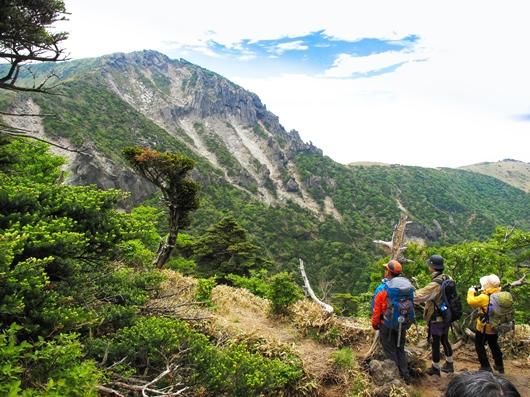 漢拏山の荒々しい北面の岩壁を望む