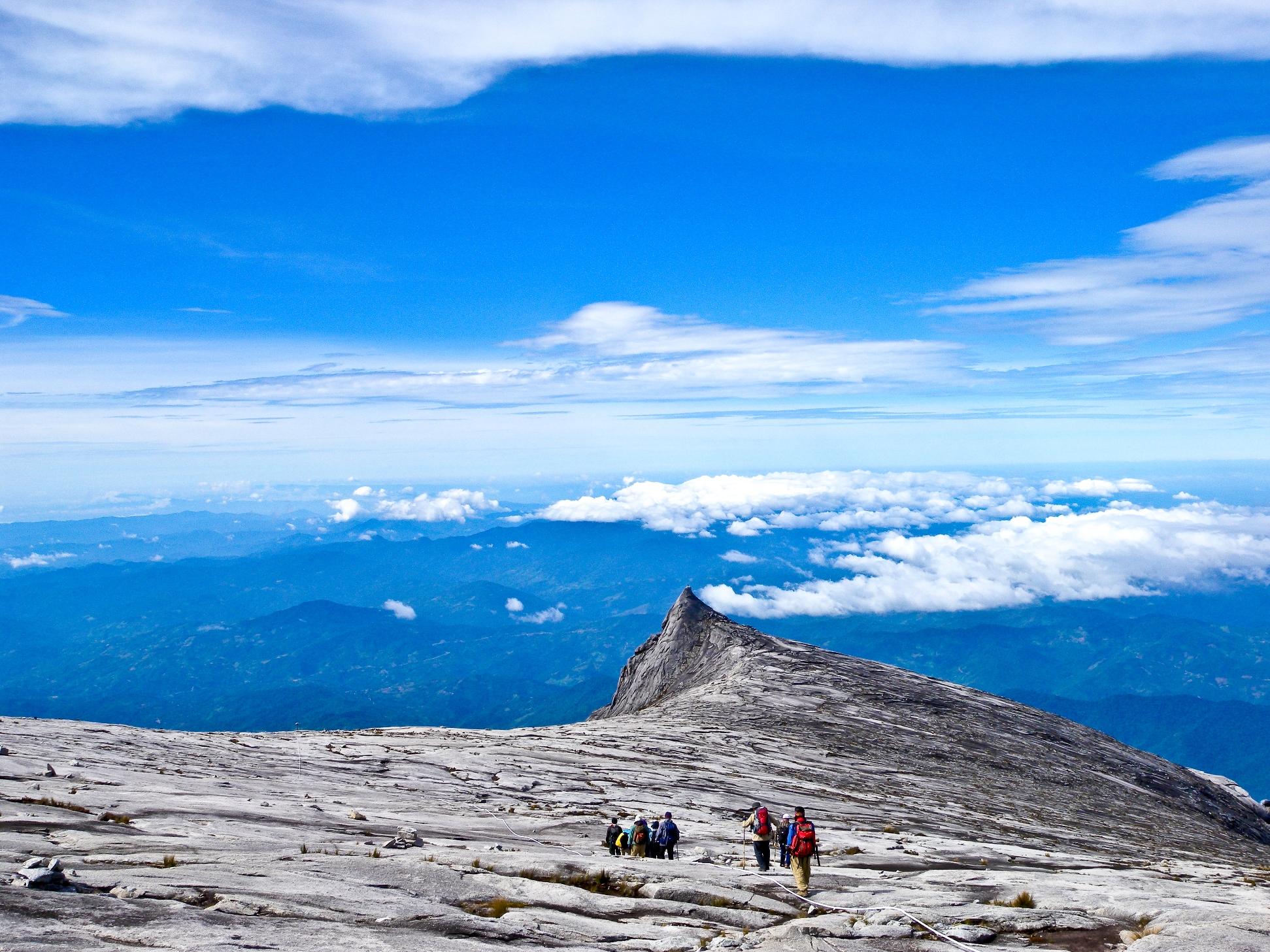 登頂後、雄大な景色の中を充実感に満たされつつ下る