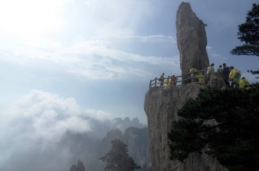 黄山の有名な怪岩の一つ飛来石