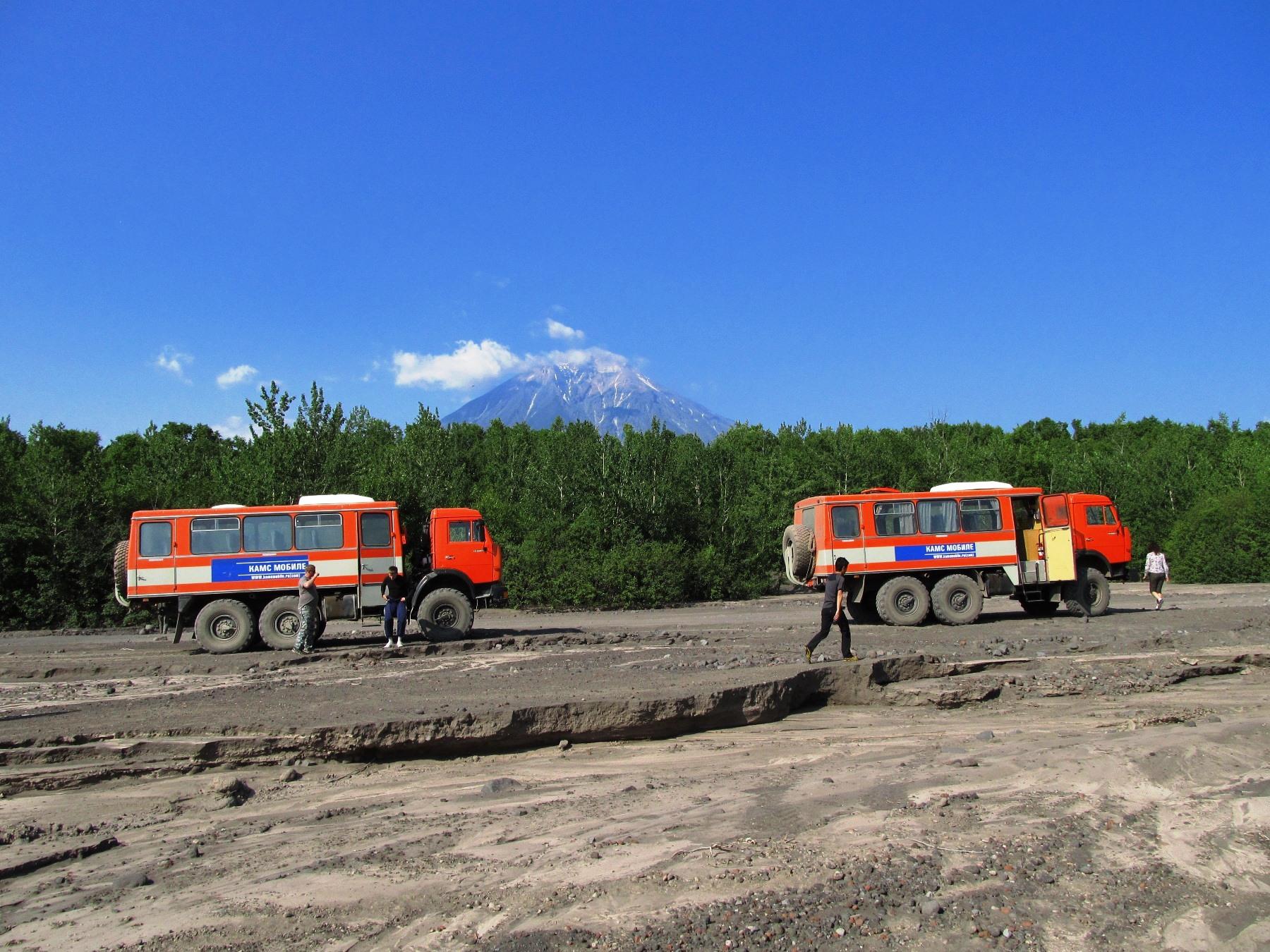 四輪駆動の改造バスでアバチャ山麓へ