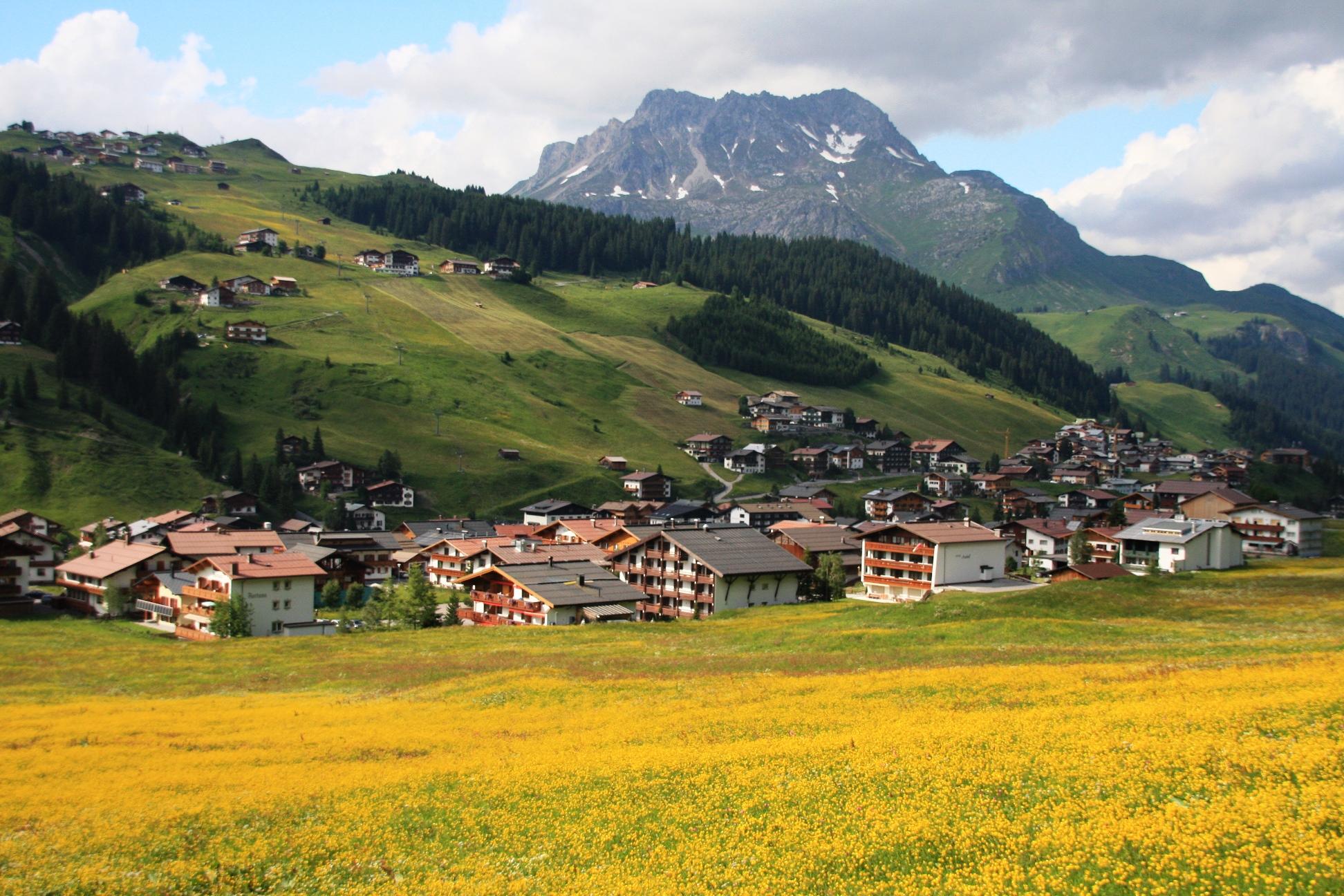 レッヒの村と一面のお花畑