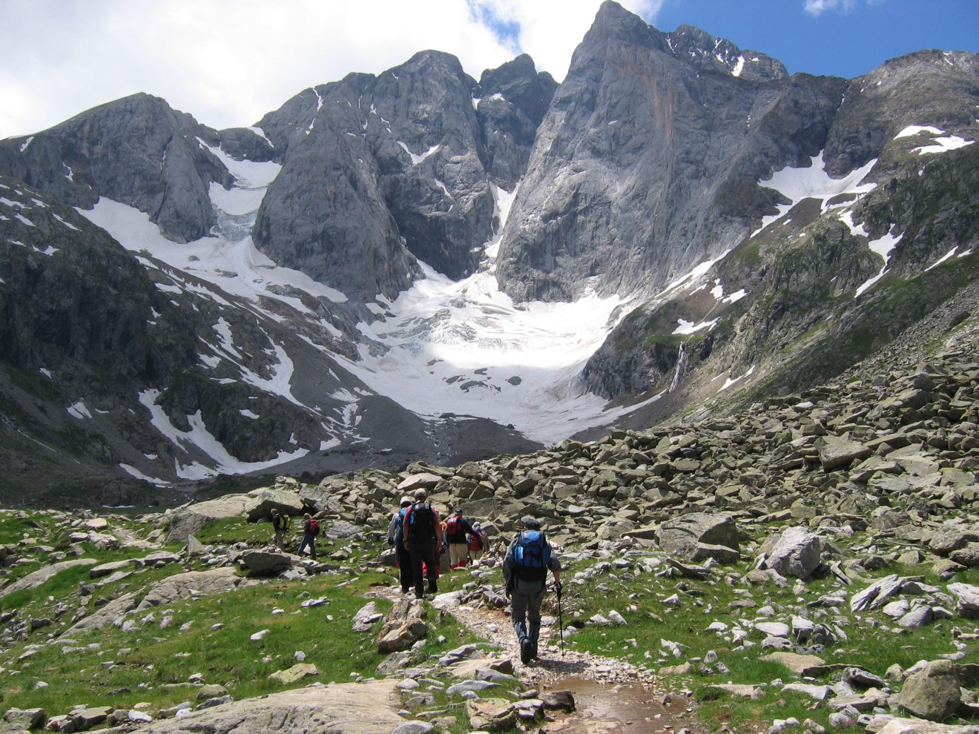 迫力あるビニュマール峰北壁を見上げるウレット小屋へ向かう(5日目)