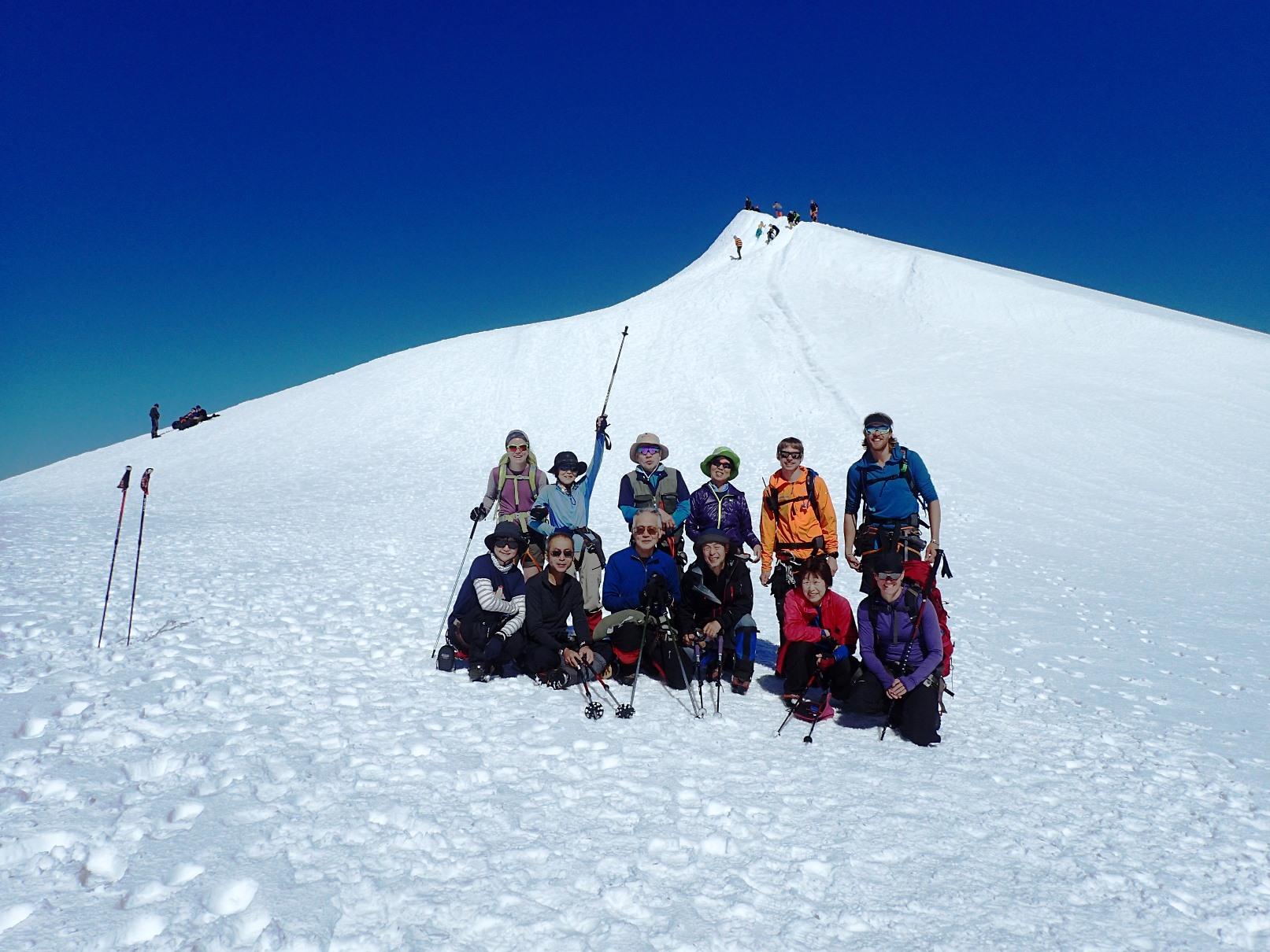 登頂を終えてケブネカイセ山頂をバックに(7日目)