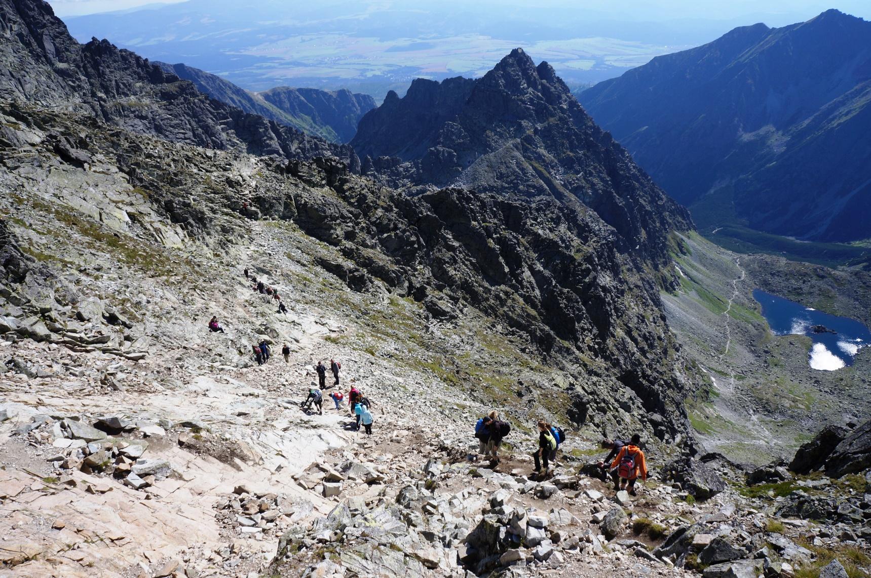 タトラ山脈の荒々しい岩峰と、遠くにスロバキア側の平原を見ながら下る(4日目)