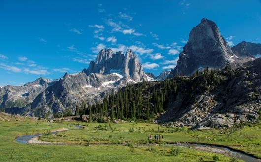 バガブー山群にはハウザータワー(左)をはじめ切り立った岩山と氷河の眺望が広がる(バガブー)