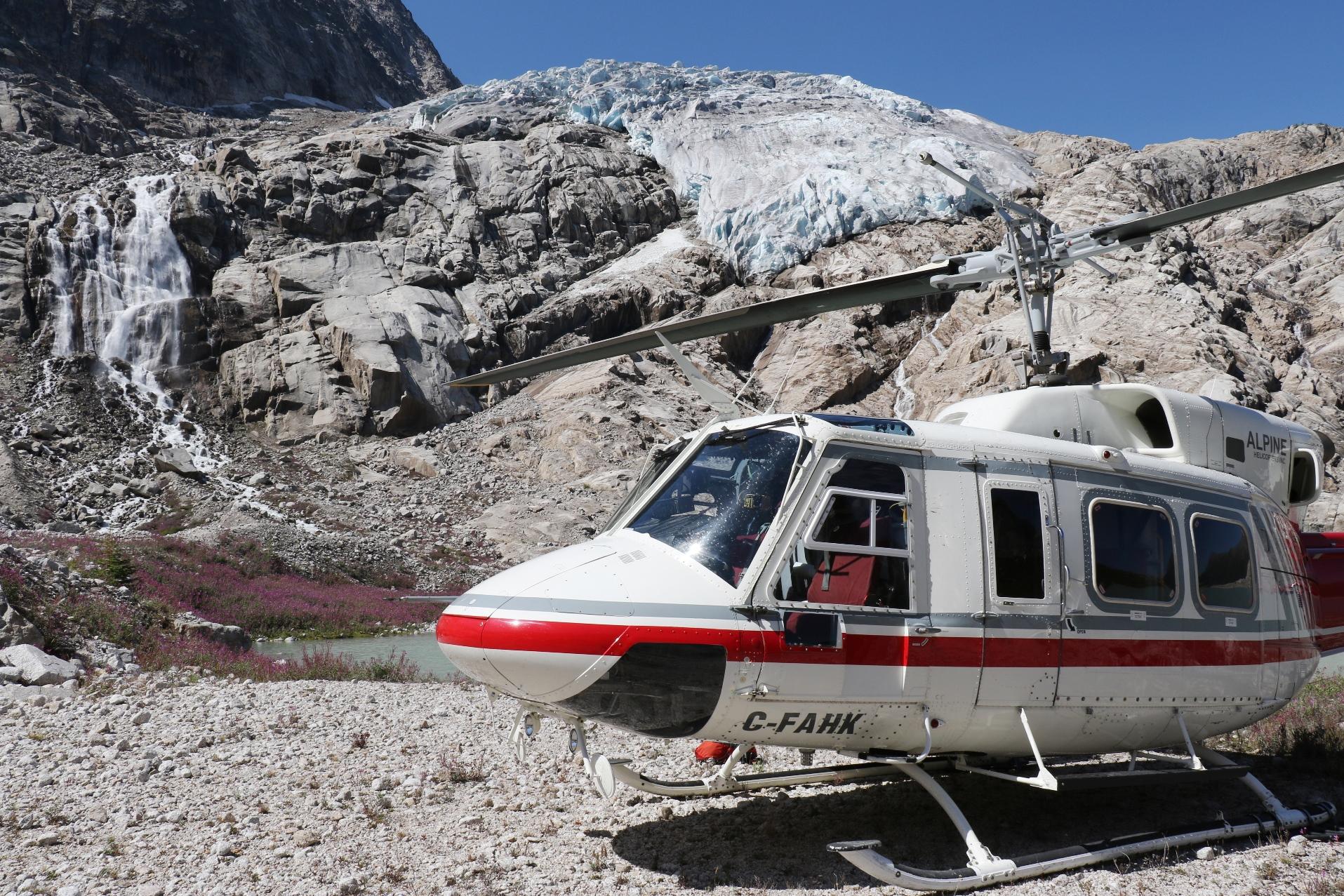 ヘリは、歩いては辿り着けないような頂上稜線や氷河の近くに降り立ちます