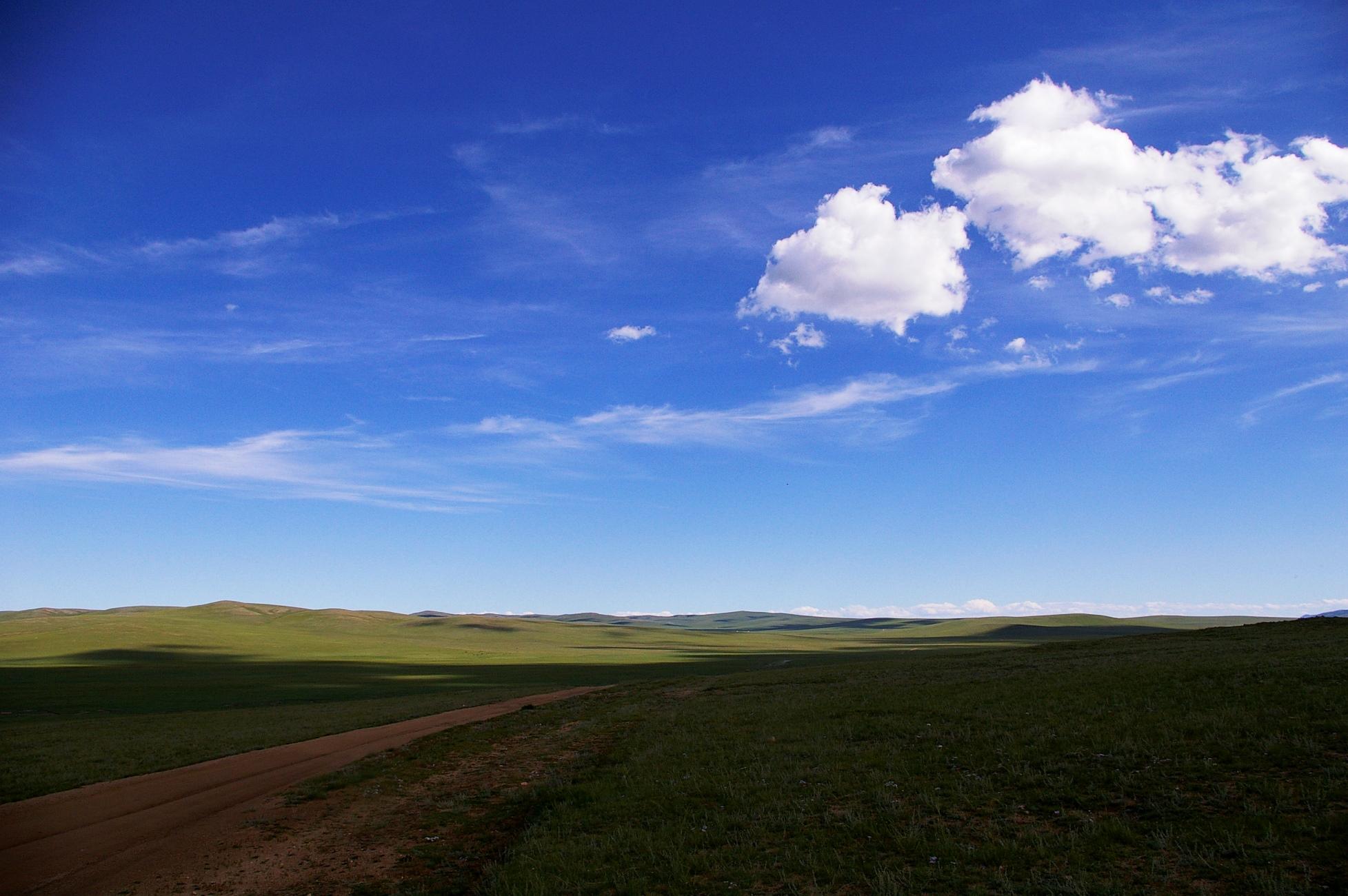 青い空、白い雲、広大な景観が広がるモンゴル大草原