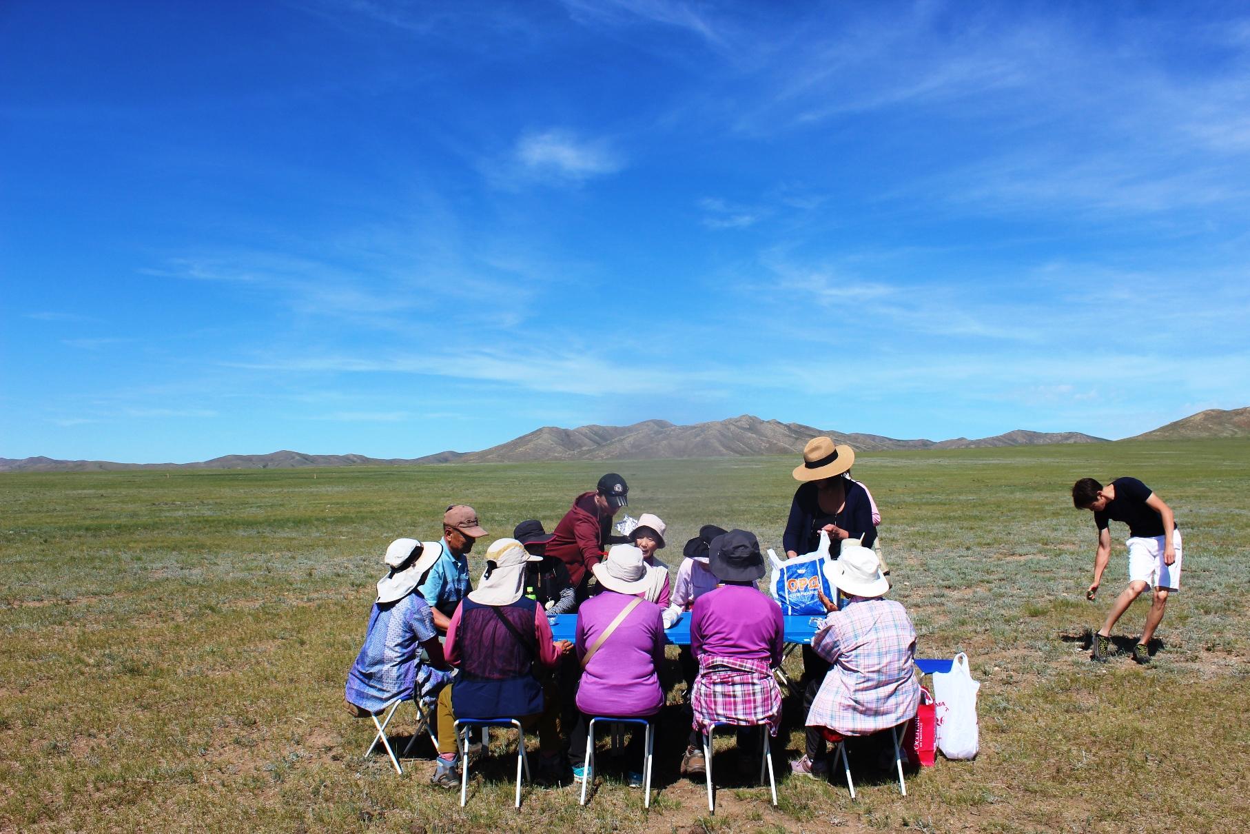果てしなく広がる大草原でランチ