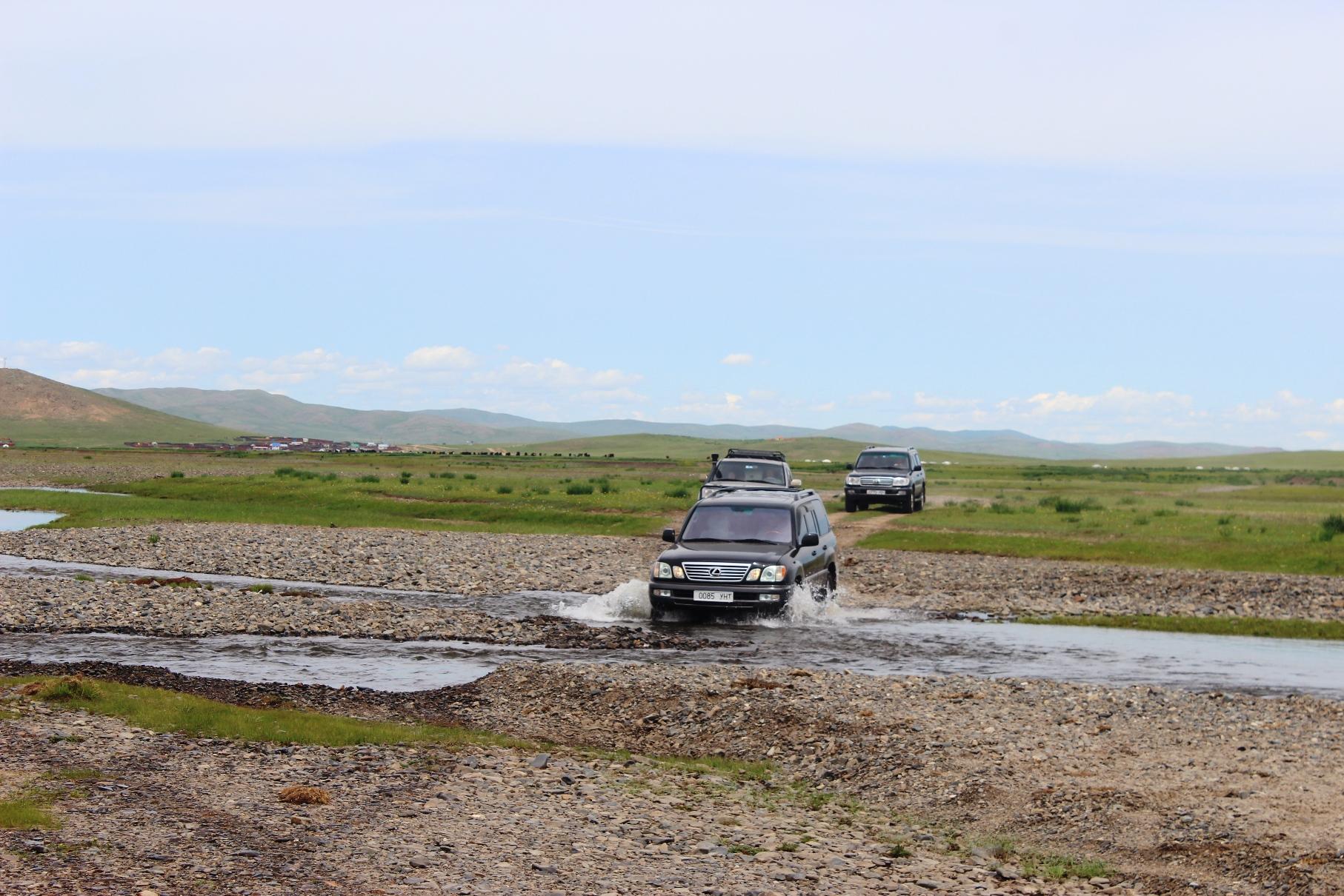 ツェンケルへ向かう道中、小さい川を渡るため四輪駆動車を利用