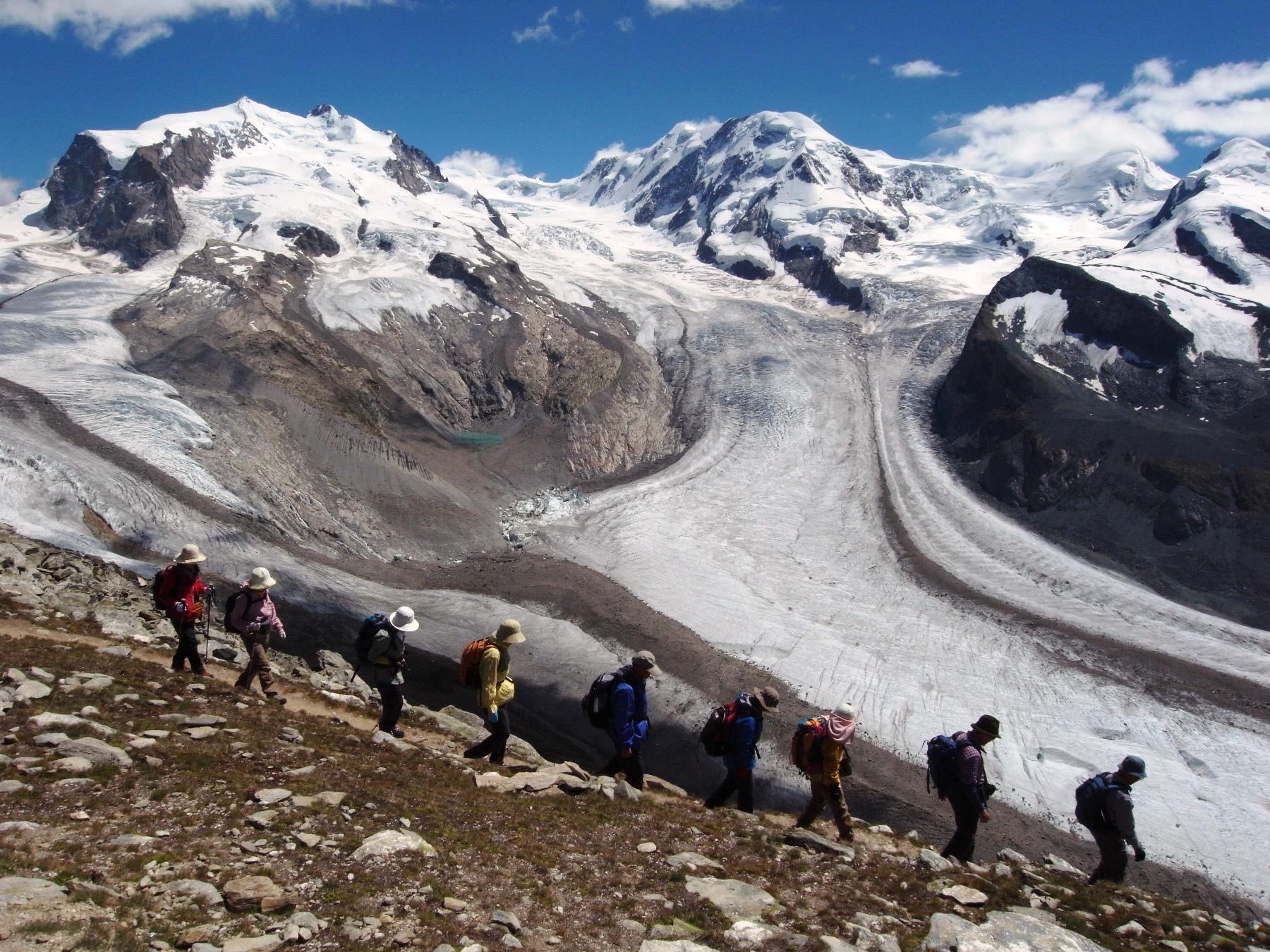 優美な曲線を描くゴルナー氷河(7日目)