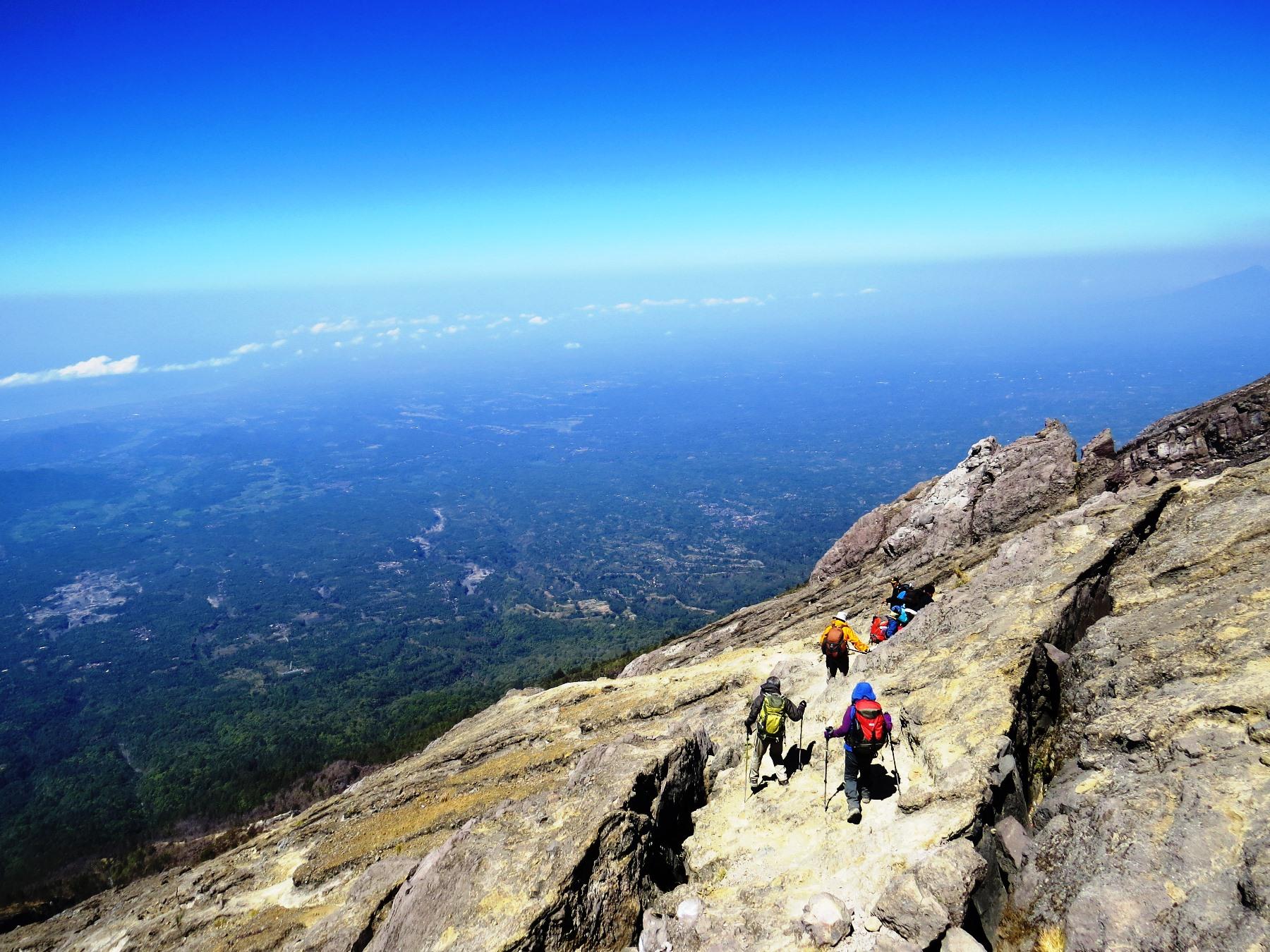 広大な緑の大地を眼下にバリ島最高峰アグン山を行く