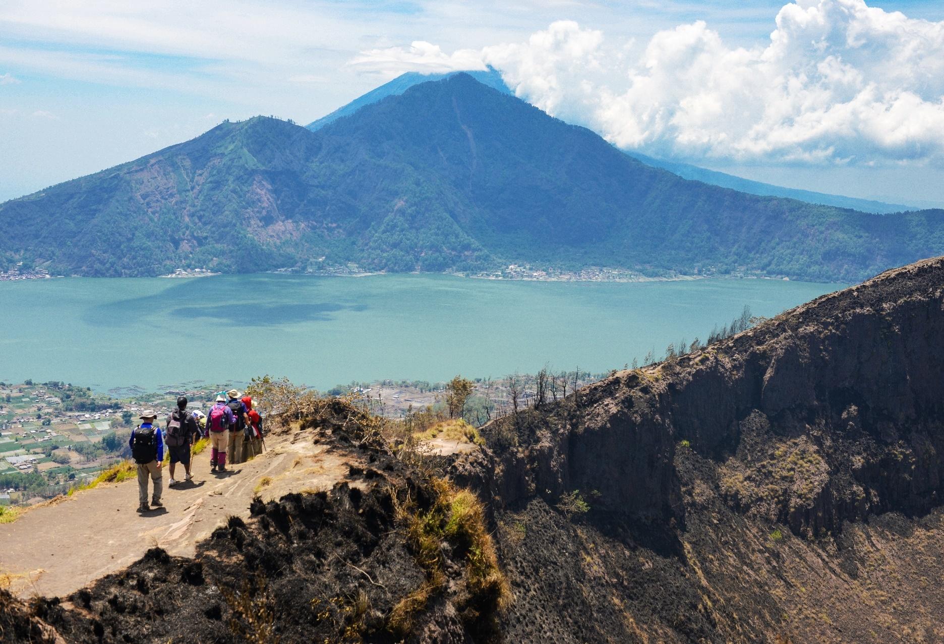 世界遺産バトゥール湖を眼下にバトゥール山の頂上稜線を行く