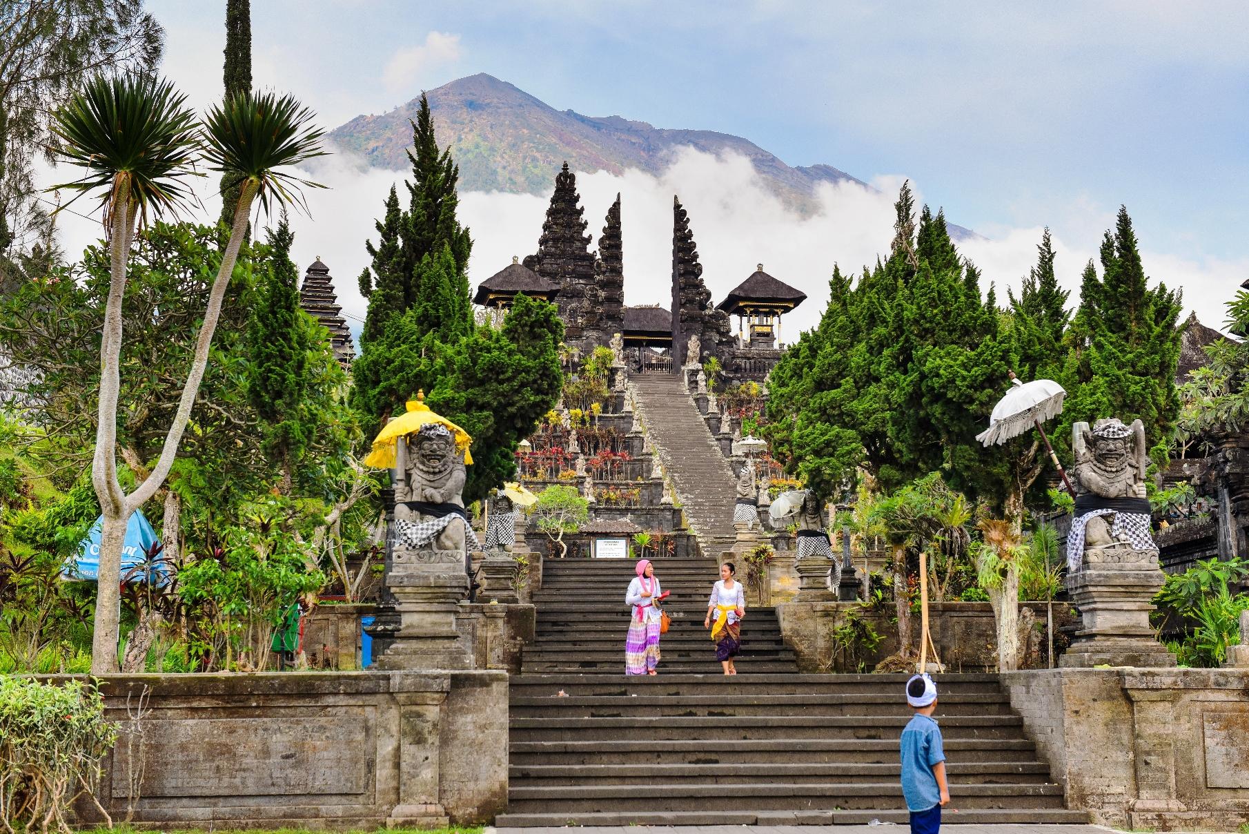バリ・ヒンドゥーの総本山ブサキ寺院からアグン山を望む