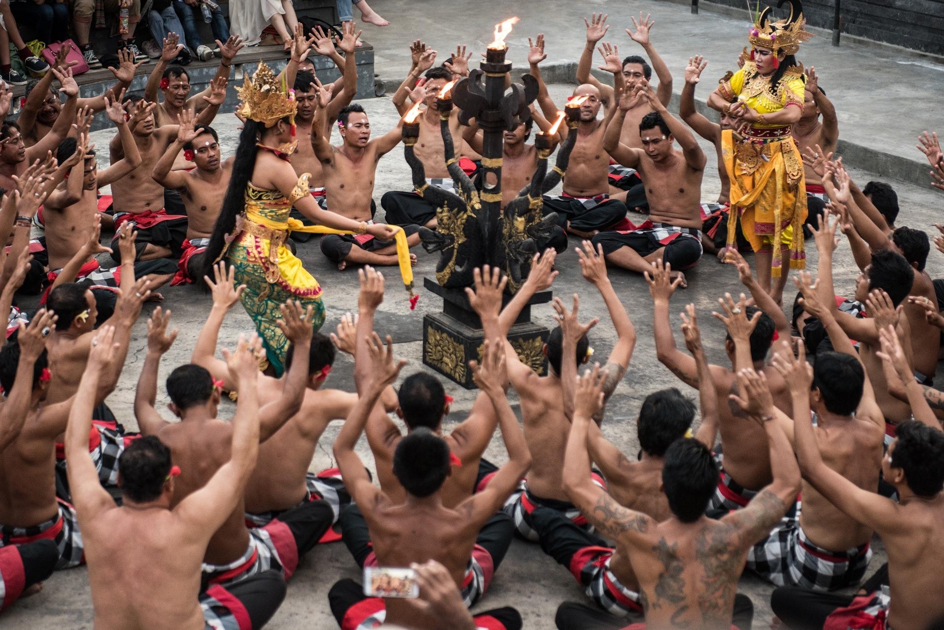 バリ島の伝統舞踏、圧巻のケチャックダンスを観賞