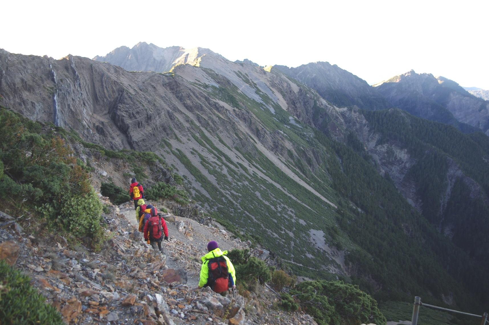 山頂から伸びる稜線を望む