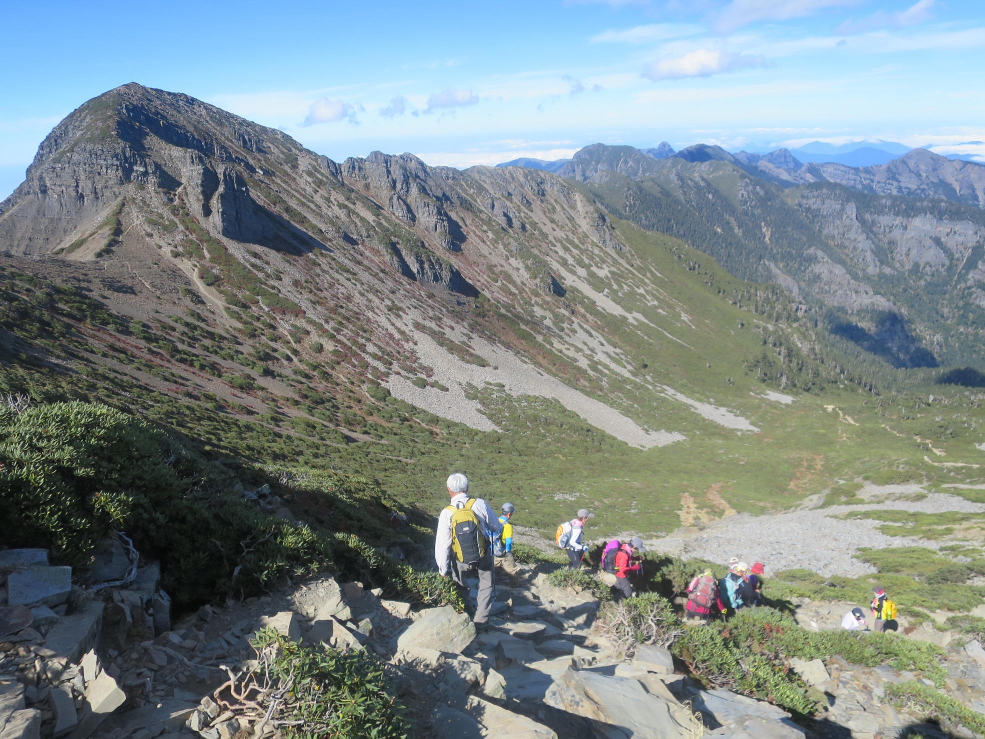 山頂付近からカールを見下ろす。左は北稜角(3,880m)