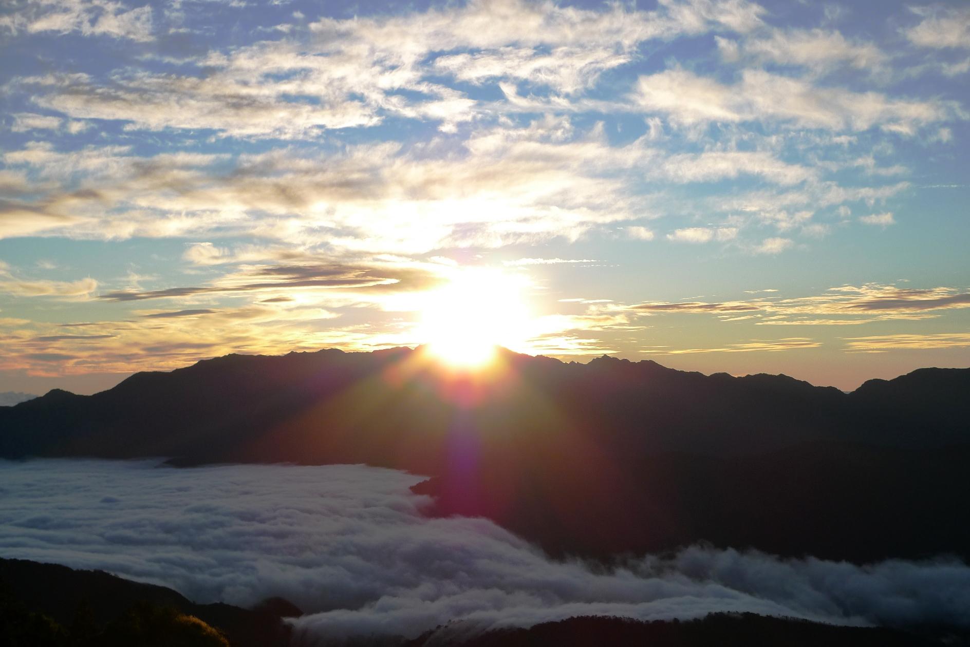 向かいの中央山脈より昇る朝日