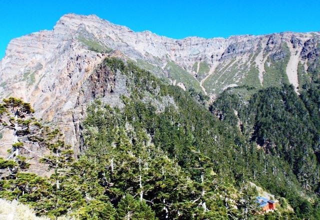 荒々しい姿を見せる玉山(3,952m)