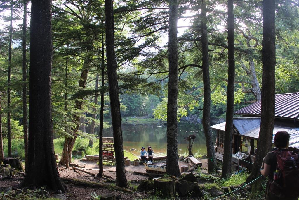 みどり池の湖畔に建つ「しらびそ小屋」