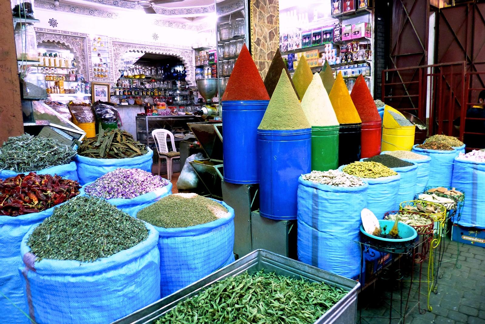 店に並ぶ色とりどりの香辛料(スパイス)