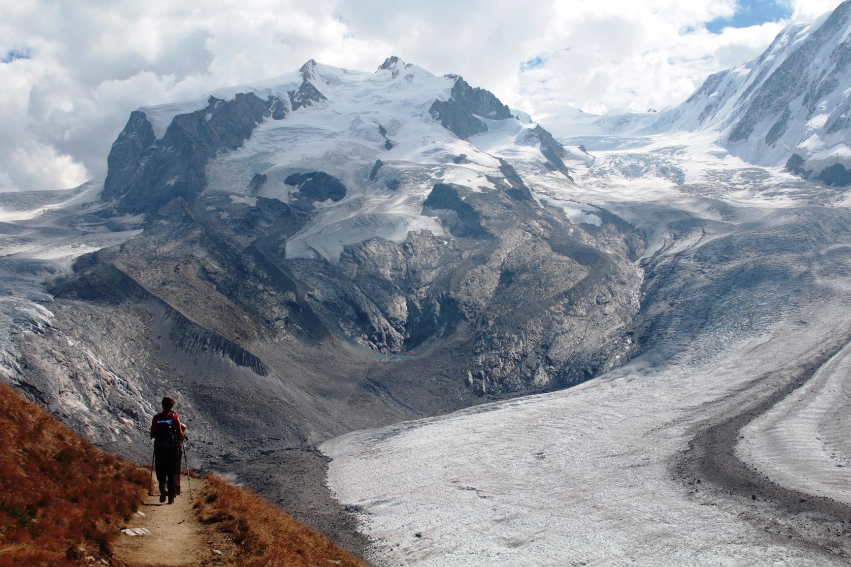 スイス最高峰モンテローザと優美に湾曲するゴルナー氷河(3日目)