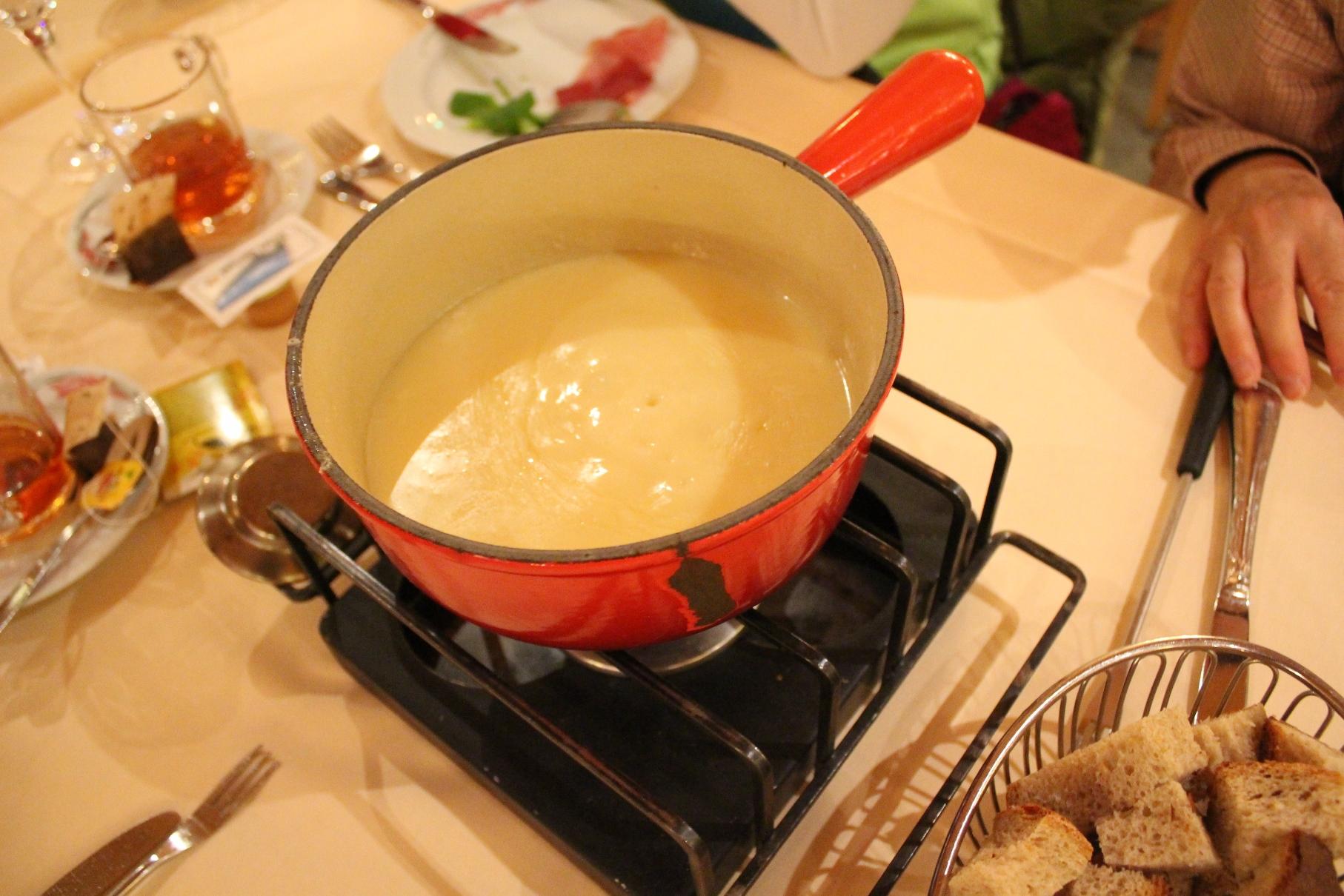 自由食に名物チーズフォンデュを味わう(イメージ)
