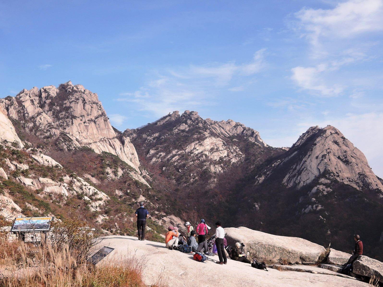 花崗岩の巨大な岩峰群が連なる日本離れした北漢山の景観