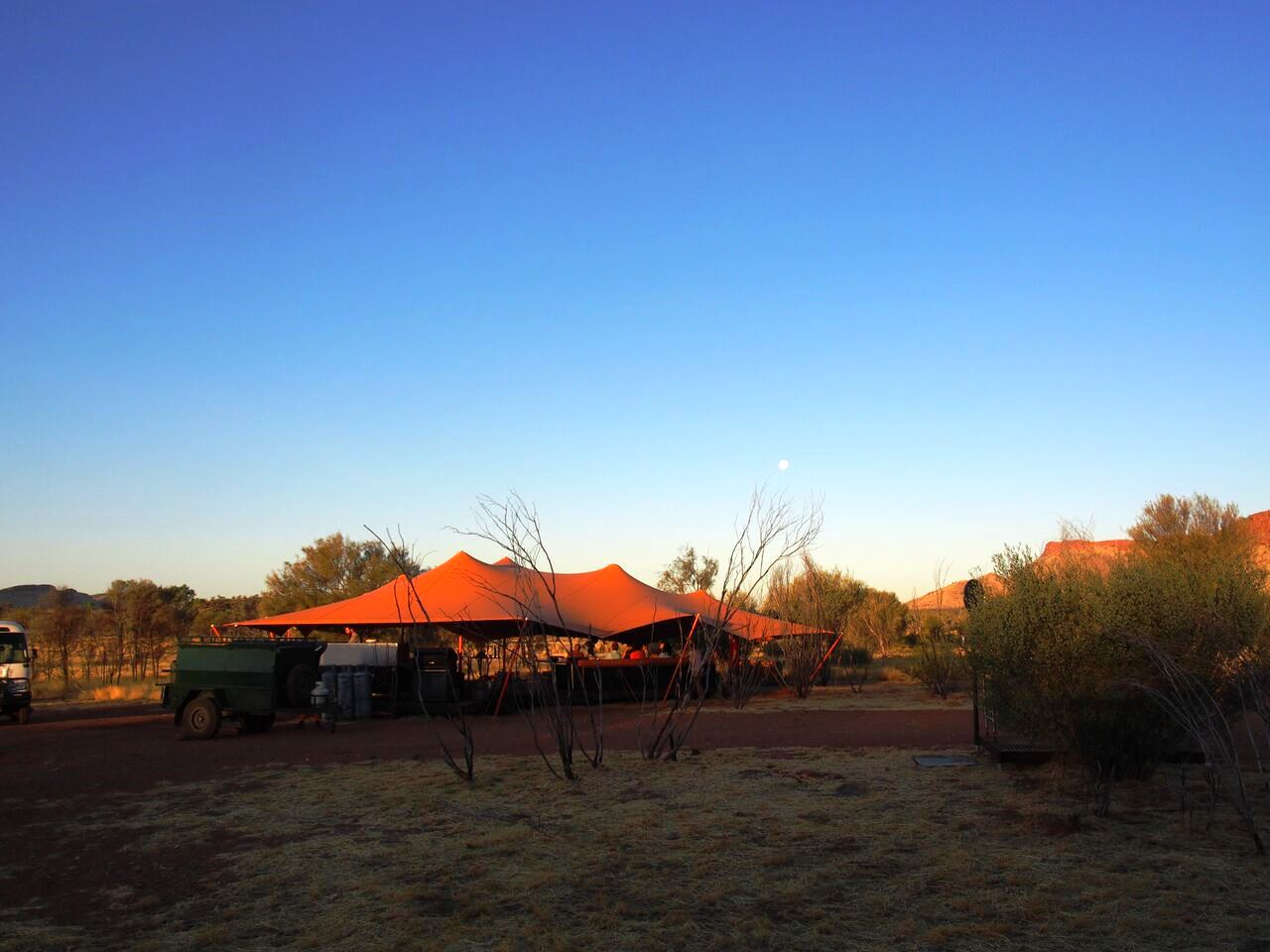 シーズン中設営される快適なキャンプサイト