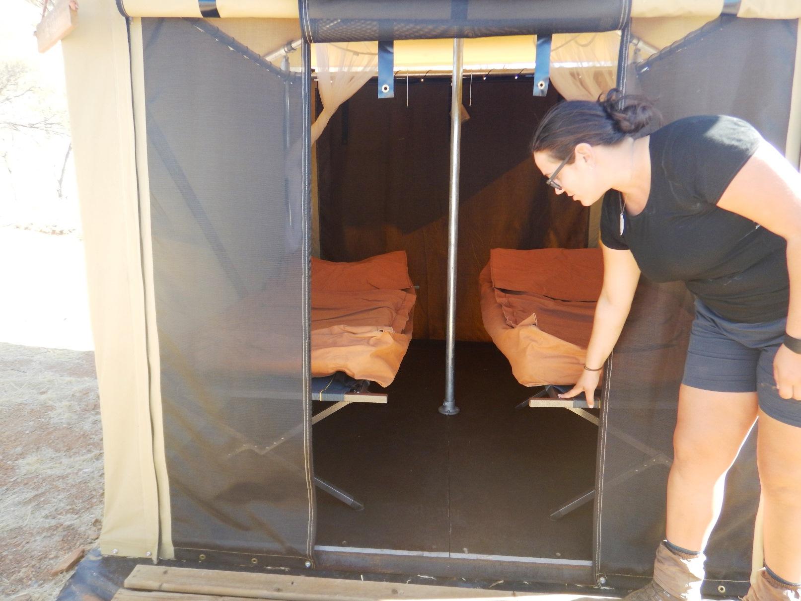 テント泊はマットレス付の簡易ベッドあり