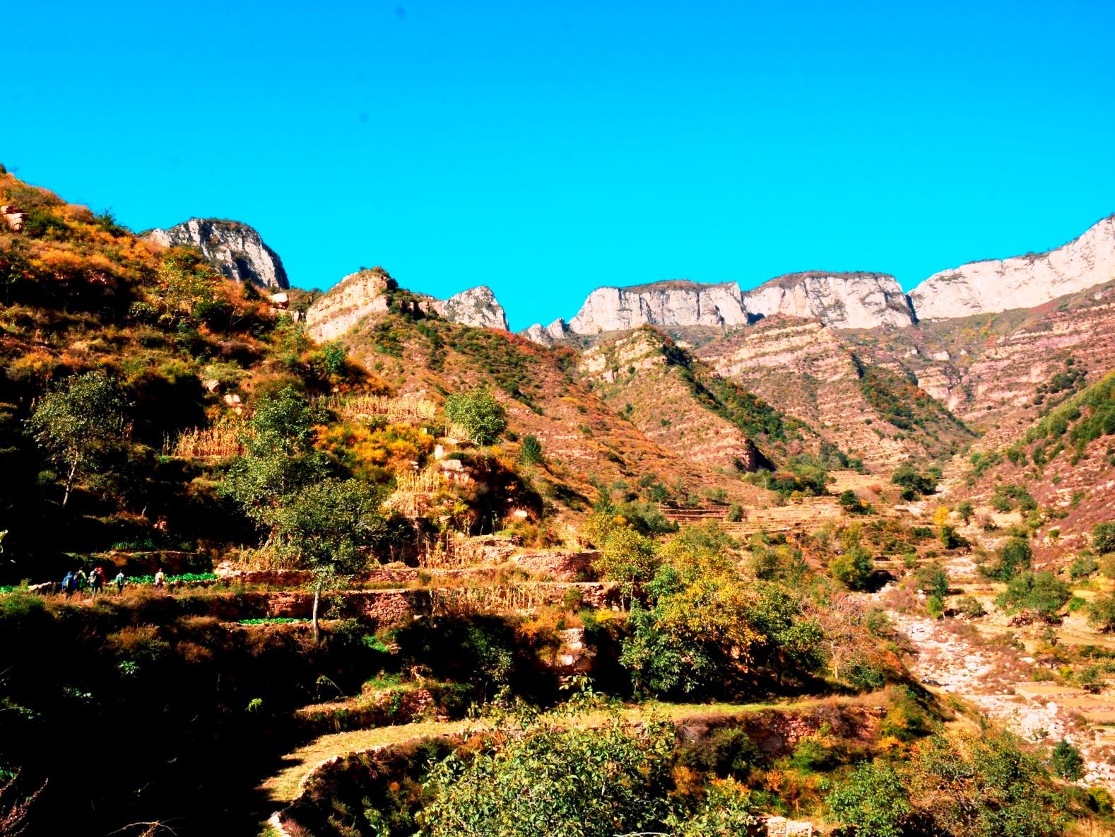青崖寨(チンヤザイ)の峰々を正面に谷をつめる(2日目)