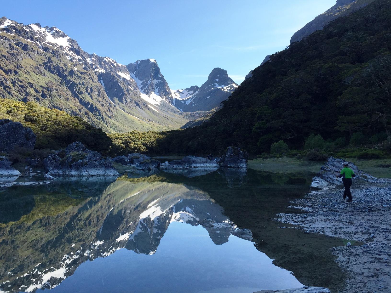 山々を投映するマッケンジー湖