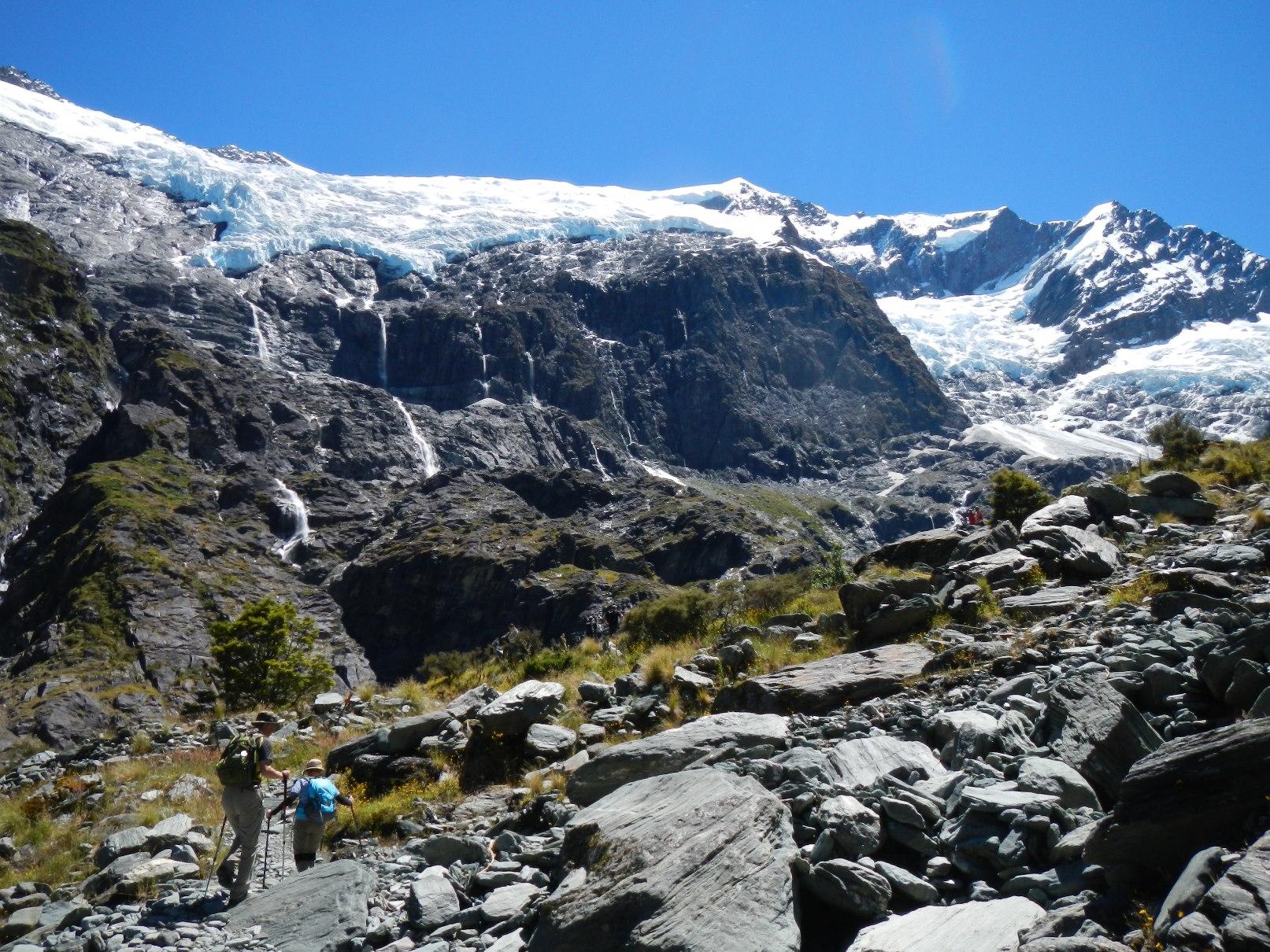 迫力のロプロイ氷河をのぞむハイキング