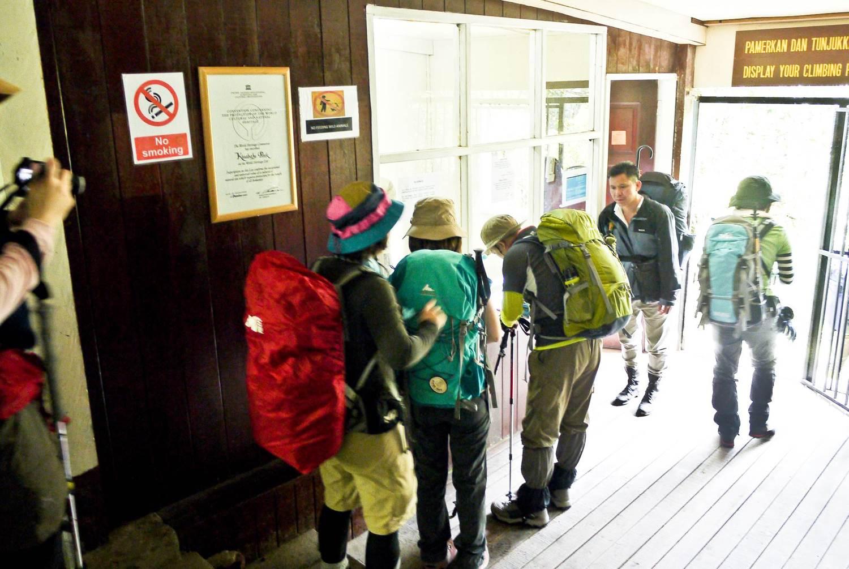 登山口では、事前の登山申請に沿って一人ずつ名前をチェック