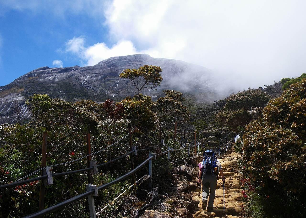 標高3,100m付近。森林限界を抜け、宿泊の山小屋までもうすぐ