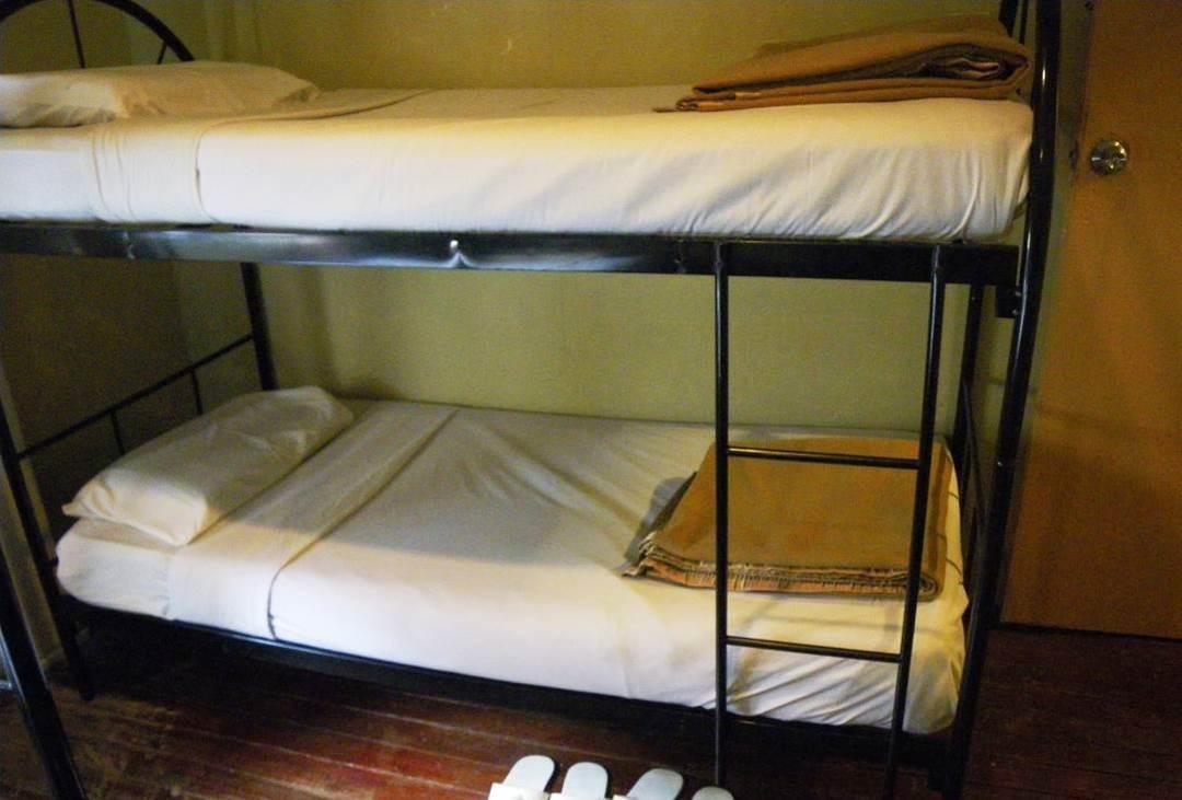 山小屋は2段ベッドの相部屋が基本