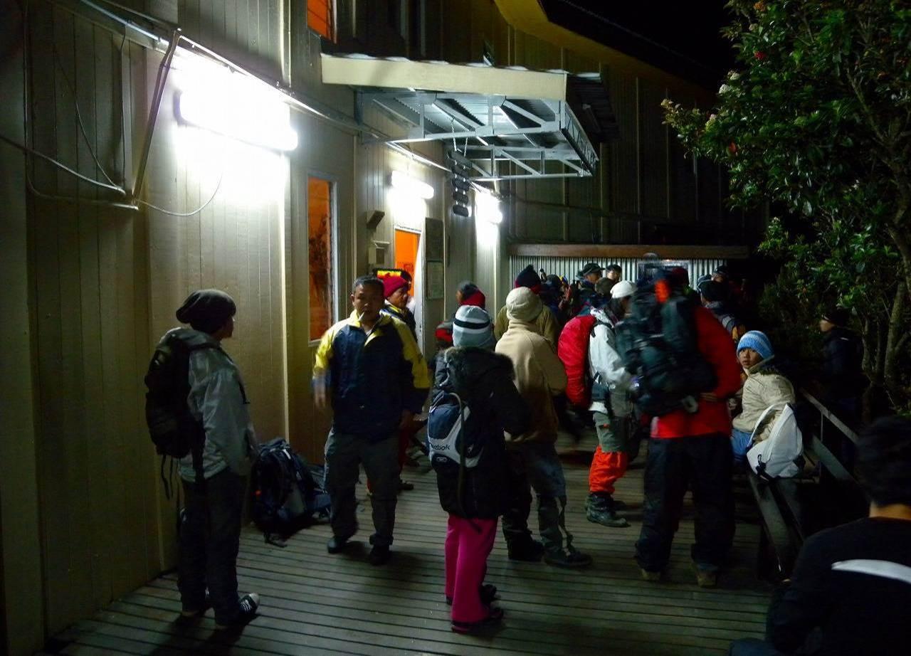 翌日(登頂日)はヘッドランプをつけて、深夜に山小屋を出発